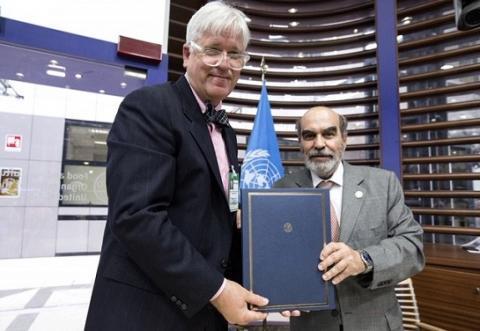 Resnick Center executive director Michael Roberts (left) and UN FAO director-general José Graziano da Silva memorialize their partnership in Rome on June 10.